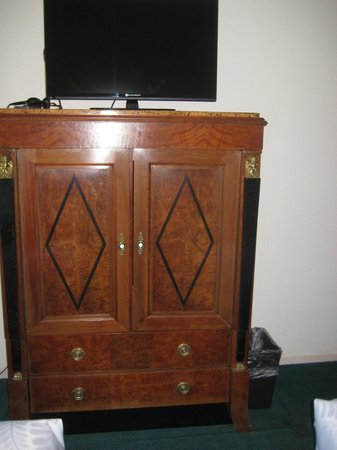 Northwood Lodge & Resort: old dresser
