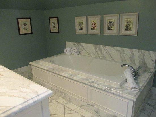 West Cliff Inn, a Four Sisters Inn: Spa Bath