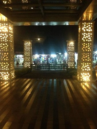 Sun Island Hotel Kuta: Lobby / Taxi Bay by night
