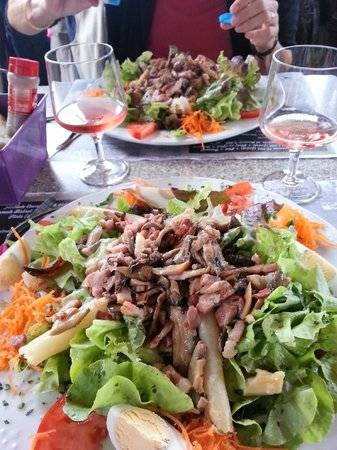 Dordogne Fellow Traveller - Day Tours : Les Grandes  Salades at restaurant beside Chateau Beynac - delicieux