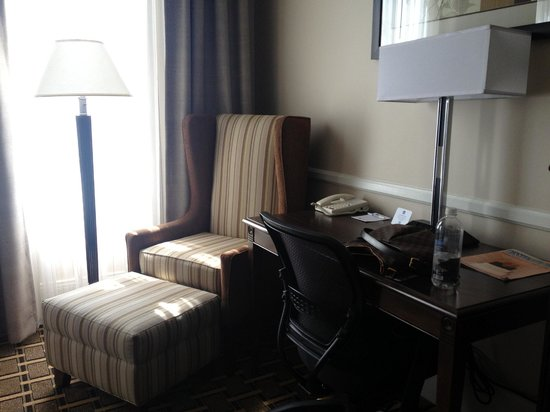 BEST WESTERN PLUS San Pedro Hotel & Suites: Desk and Ergonomic chair in room