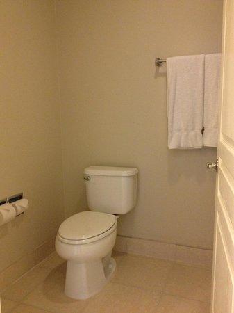 Best Western Plus San Pedro Hotel & Suites : Spotless Bathroom