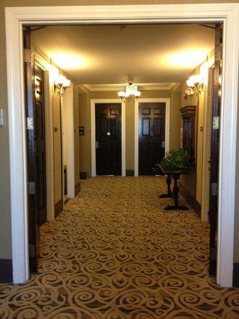 Best Western Plus San Pedro Hotel & Suites : 4th Floor Hallway