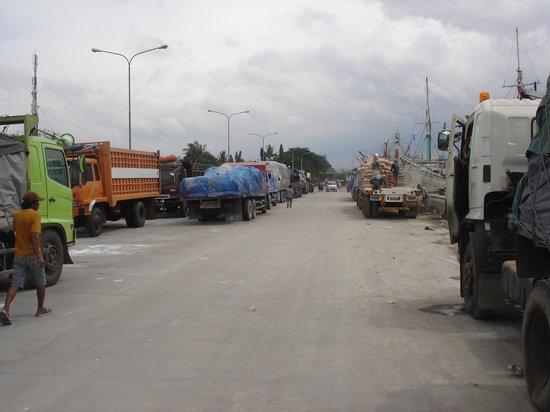 Sunda Kelapa Harbour: Busy, filthy and dusty Old Port of Sunda Kelapa
