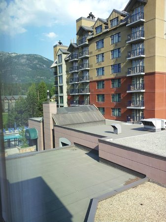 Hilton Whistler Resort & Spa : Pool and North Tower
