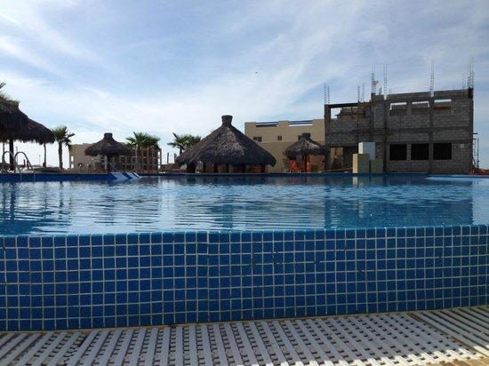 Laguna Shores Resort: pool bohio with construction