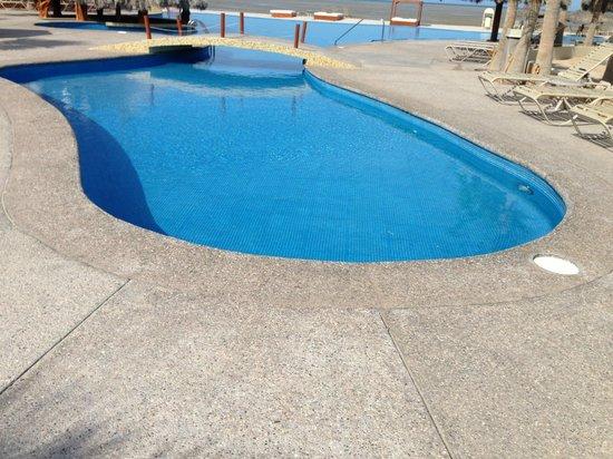 Laguna Shores Resort: pool bridge
