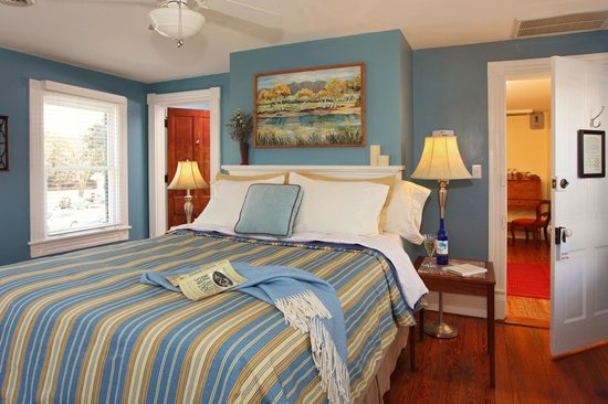 The Inn at Tabbs Creek Waterfront B&B: The Captains Room boasts waterside views on three sides with a Tepurpedic bed to dream in