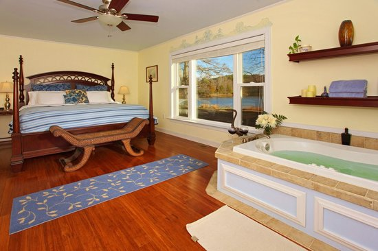 The Inn at Tabbs Creek Waterfront B&B: The Chesapeake Suite has a lovely waterfront view and Jacussi tub for Two