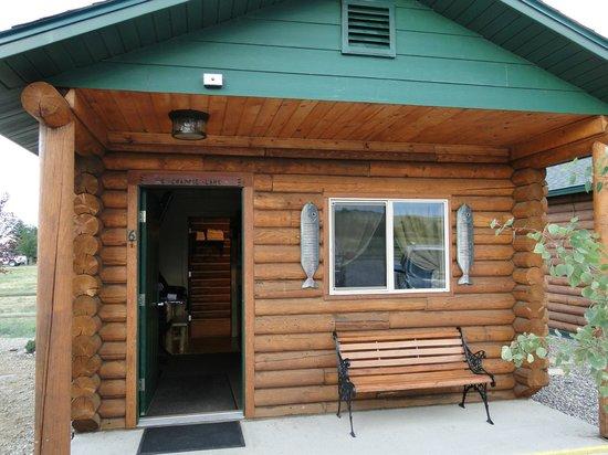 Lure Me Inn: Cabin exterior