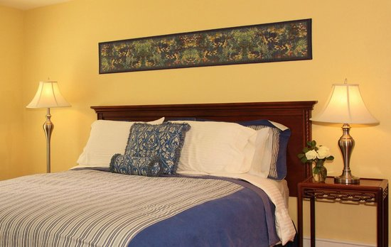 The Inn at Tabbs Creek Waterfront B&B: The East Billups room is wonderfully romantic with a queen size bed, private bath, and luxury li
