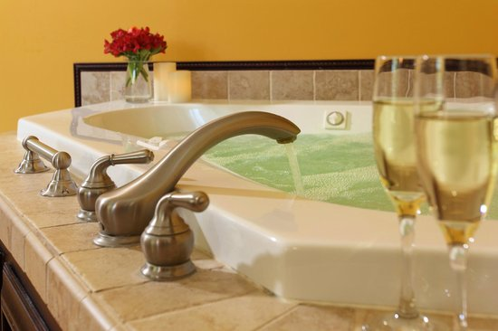 The Inn at Tabbs Creek Waterfront B&B: Enjoy a romantic getaway in our East River suite with Jacuzzi tub for two
