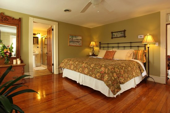 The Inn at Tabbs Creek Waterfront B&B: The West Billups Room with King size bed and nice water views