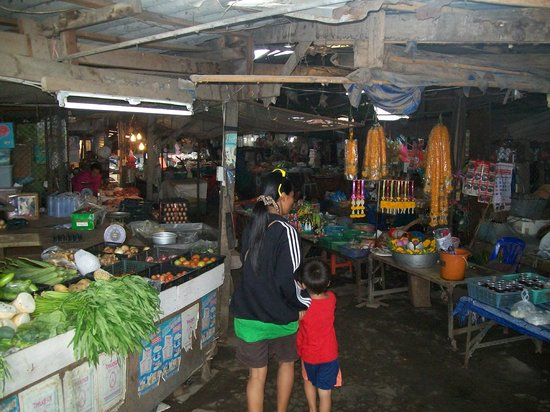 Singburi Guesthouse: At the Markets with Pooh and Nick