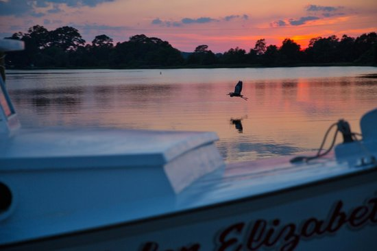 The Inn at Tabbs Creek Waterfront B&B: Sunsets are amazing here, and right over the water...the perfect view!