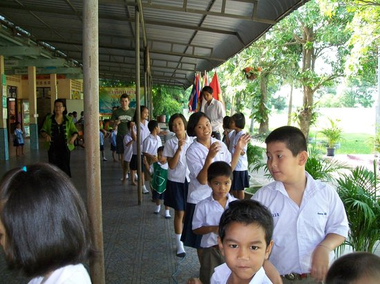 Singburi Homestay: With the kids at the school