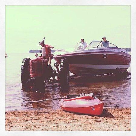 Appeldoorn's Sunset Bay Resort : Boat entering water
