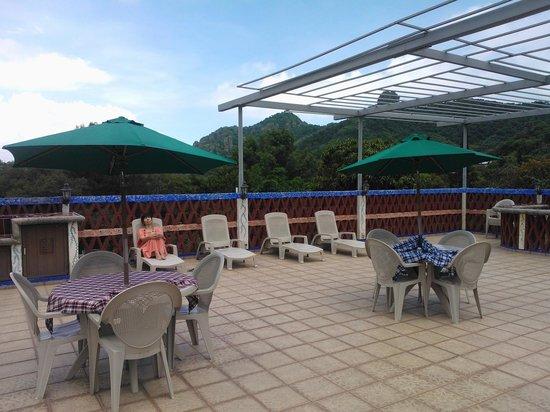 Hotel Spa Mi Pueblito: Camastros en asoleadero.