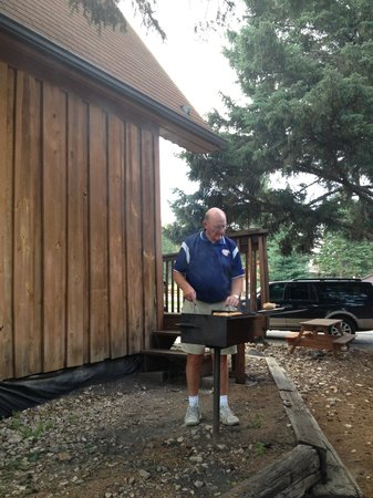 Spring Creek Inn: Grilling for the family.