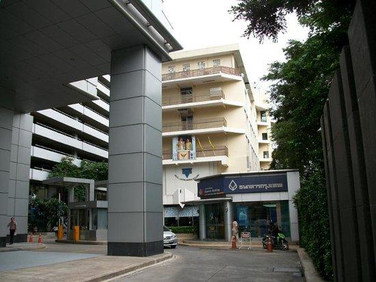 Bangkok YWCA : 表通りからホテルに接近中