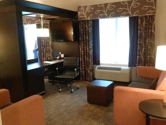 Hampton Inn & Suites Chattanooga / Downtown : Sitting area in the Suite