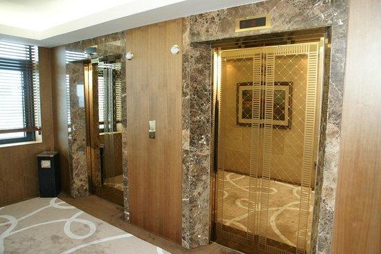 "Lotte Hotel Vladivostok: Отель ""Хендэ"", лифт"