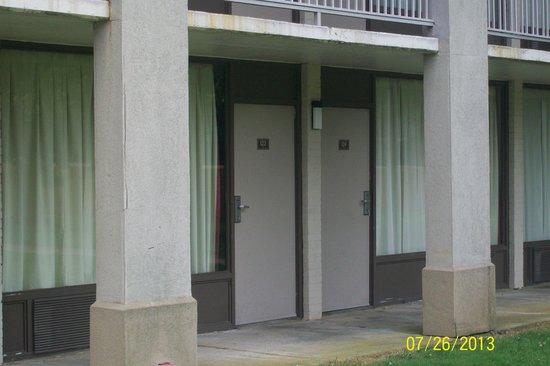 Econo Lodge & Suites : Mildew everywhere
