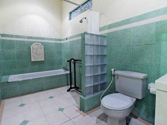 ซูคุน บาหลี คอทเทเจส: standard room bathroom