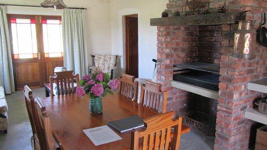 Seven Oaks Vineyard Cottages: Indoor Braai and living room