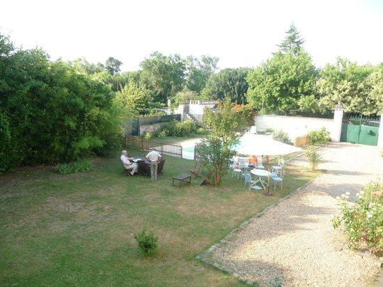 La Lucasserie : Jardin, table (petit déjeuner) et piscine