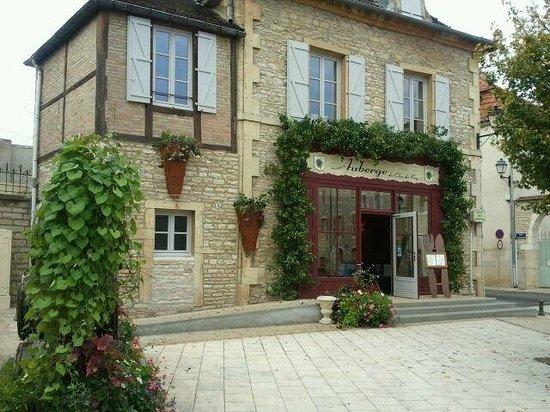 L'Auberge du Vieux Pressoir: photo de la façade et de la place copyright P.POILLOT (