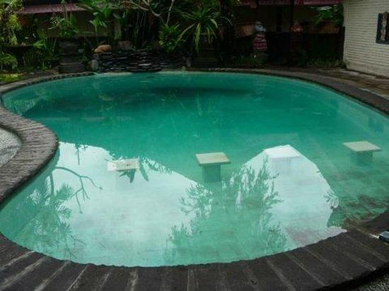 Graha Resort: le fond est noir et l'eau crasseuse