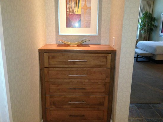 Hyatt Regency Indian Wells Resort & Spa: Dresser