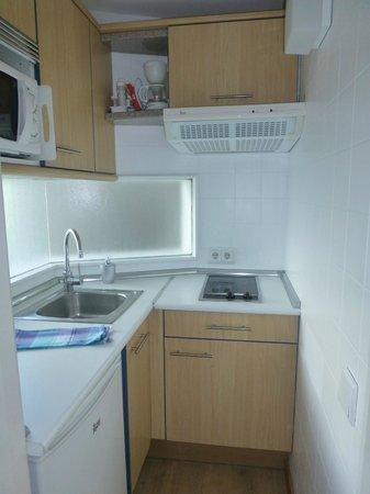 Apartamentos Bellamar: Compact Kitchen