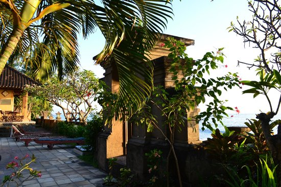 Sunshine Bungalows: Entrance to the beach