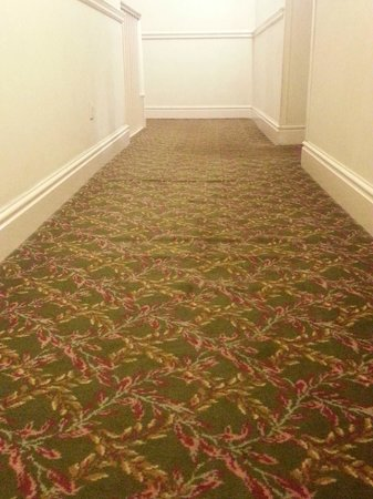 Mercure Gloucester, Bowden Hall Hotel: Bumpy carpet in corridor
