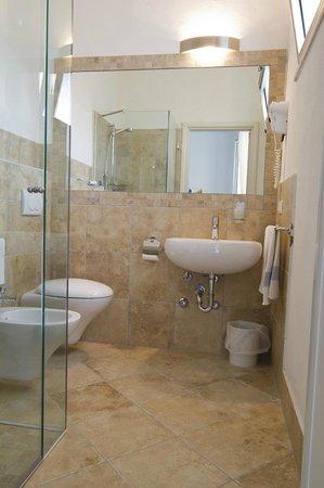 Hotel Vienna : modernes und sauberes Bad