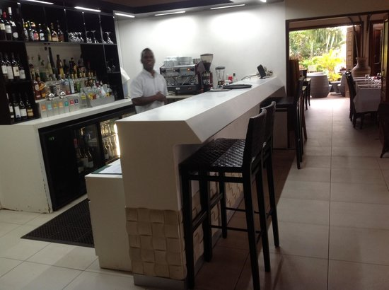 Mangoes Resort: The dining room Bar....
