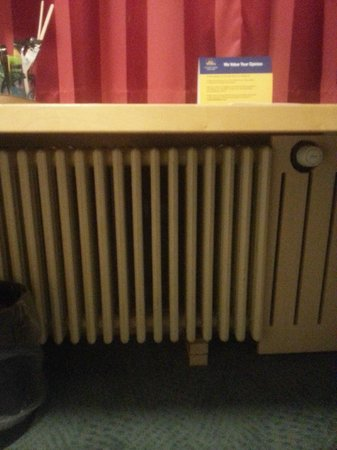 Copenhagen Mercur Hotel: Radiator propped up by wood
