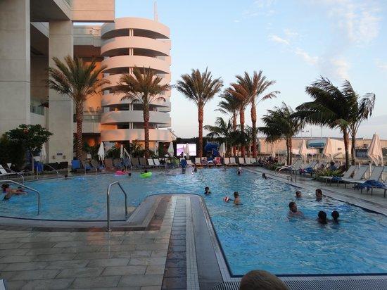 Hilton San Diego Bayfront: amazing pool area