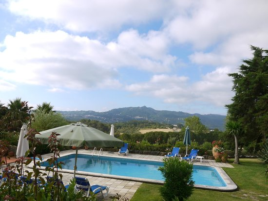Quinta Verde Sintra: The pool and views over to the Sintra hills