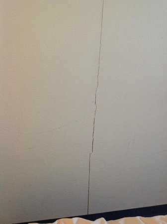 Ibis Budget Bordeaux Centre Bastide : Crack in wall