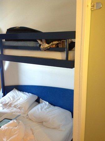 Ibis Budget Bordeaux Centre Bastide : Low top bunk above double bed