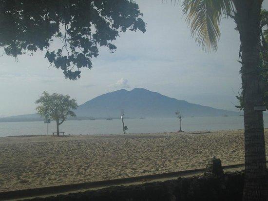 Grand Elty Krakatoa Hotel: Pemandangan gunung Rajabasa dari tempat sarapan