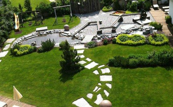 Hotel Alpenhof Hintertux : Blick auf den Garten des Spa - und Wellnessbereiches