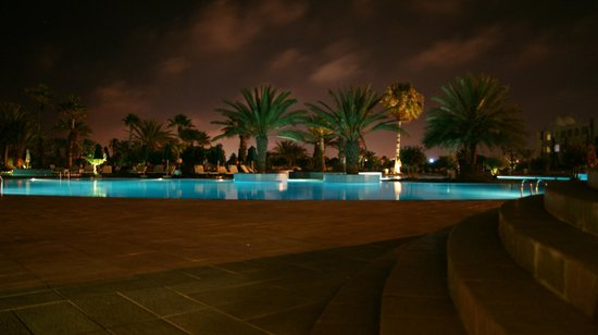 Djerba Plaza Hotel & Spa: Pool am Abend