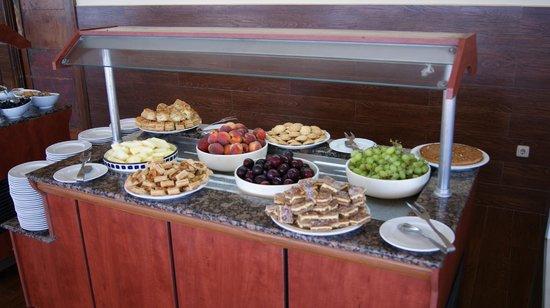 Djerba Plaza Hotel & Spa: Dessertauswahl mittags am Strand