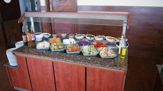 Djerba Plaza Hotel & Spa: Salatauswahl mittags am Strand