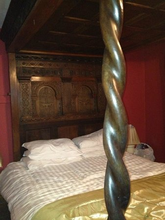 Churston Court Hotel: Beautifully carved four poster bed