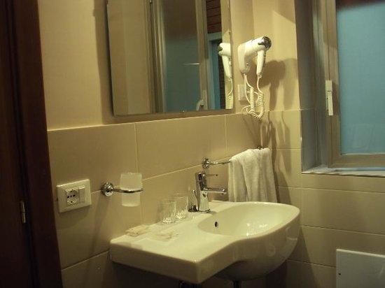 Hotel Mediterraneo: В ванной есть всё необходимое